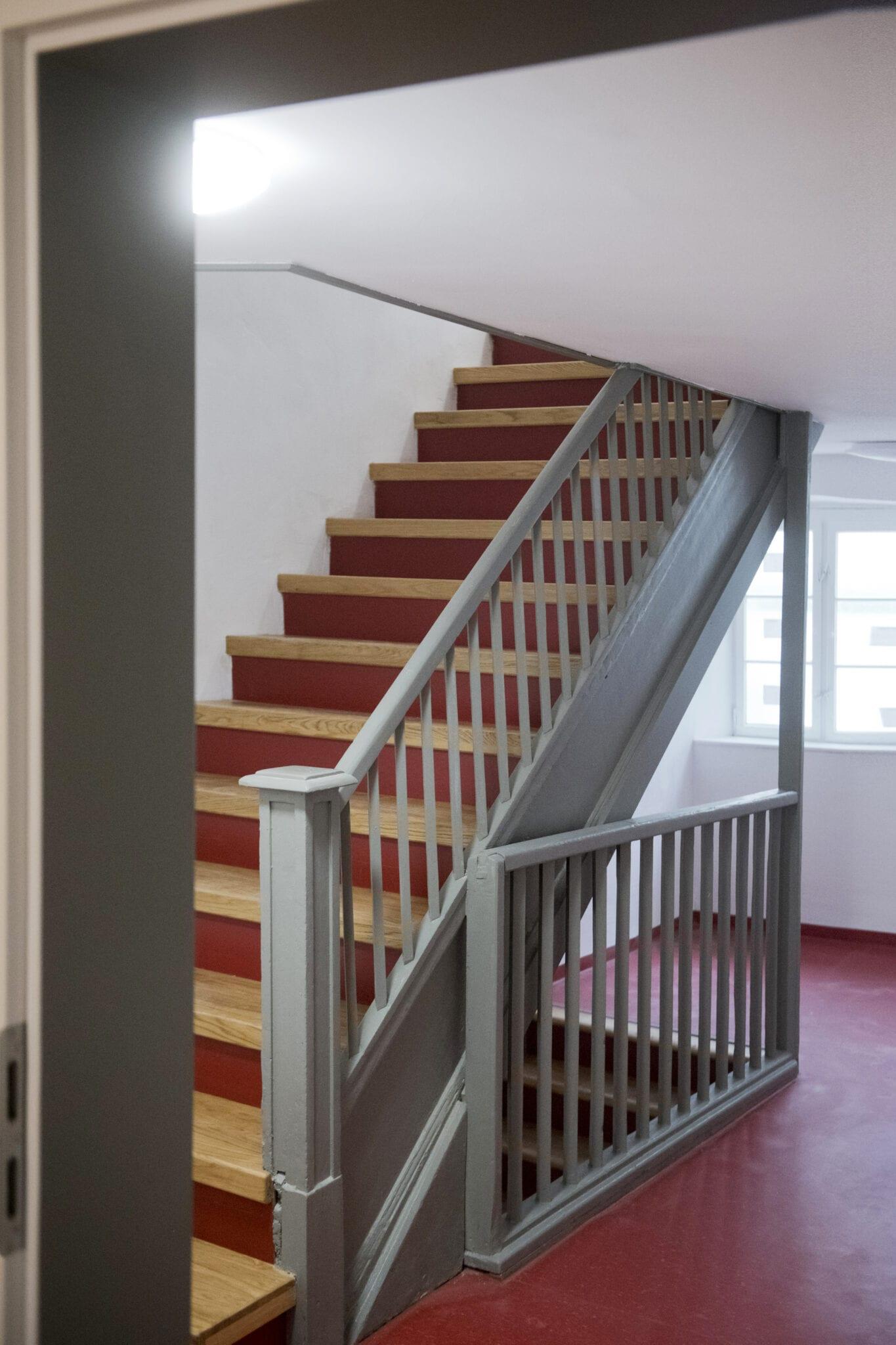 18-bauzeitliches-ochsenblutrot-im-Treppenhaus